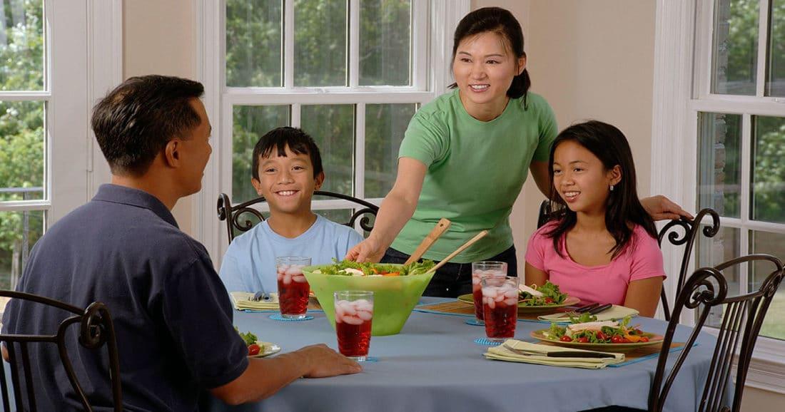 ארוחה משפחתית לאכילה בריאה
